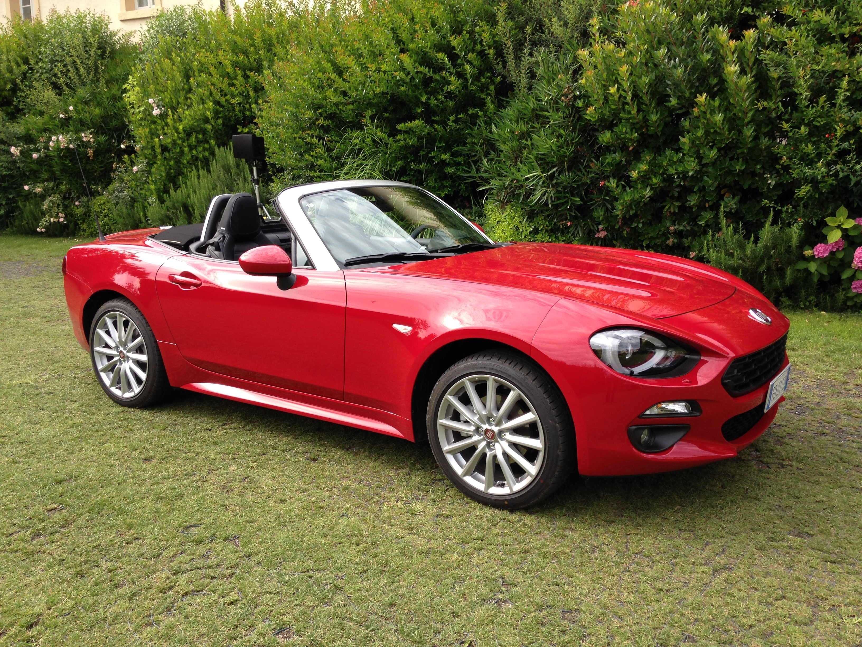 premi re vid o de la fiat 124 spider d couvrez les premi res images de l 39 essai en live. Black Bedroom Furniture Sets. Home Design Ideas