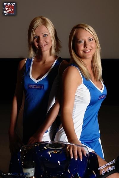 Moto & Sexy : Susanna et Piia, les blondes en bleu Suzuki