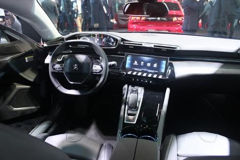 Petit volant, instrumentation 100 % numérique située en position haute, grand écran tactile 10 pouces avec touches piano. C'est le i-Cockpit.