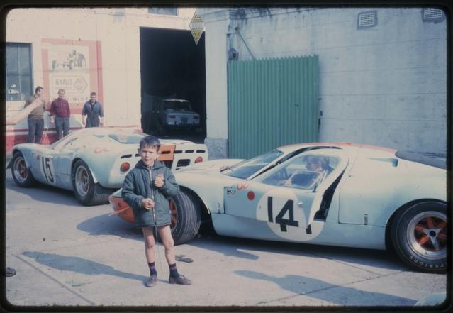 Les Ford GT devant le garage du Chartre-Sur-Le-Loire dans les années 60