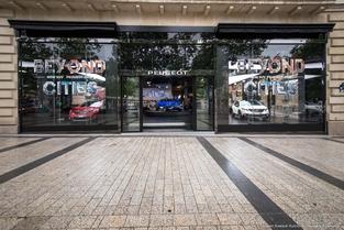 Depuis quelques jours, Peugeot met à l'honneur sur les Champs-Élysées la 2008 restylée.