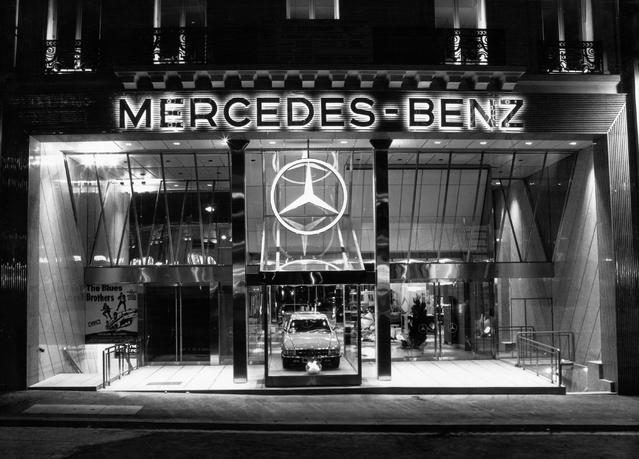 Mercedes remplacé par des sous-vêtements sur les Champs-Elysées? (MàJ avec interview Marc Langenbrinck)