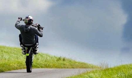 Dougie Lampkin tente le Tourist Trophy (tour de l'île de Man) en wheeling