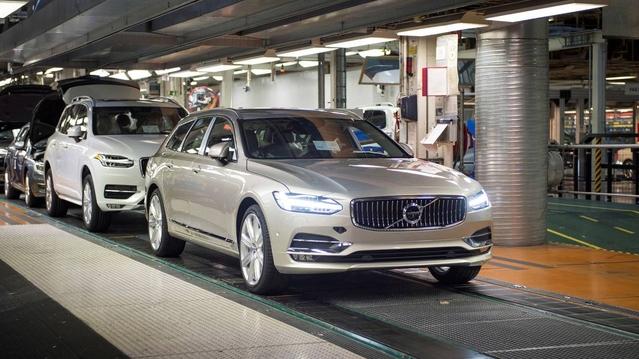 Les premiers Volvo V90 de série sortent des chaînes