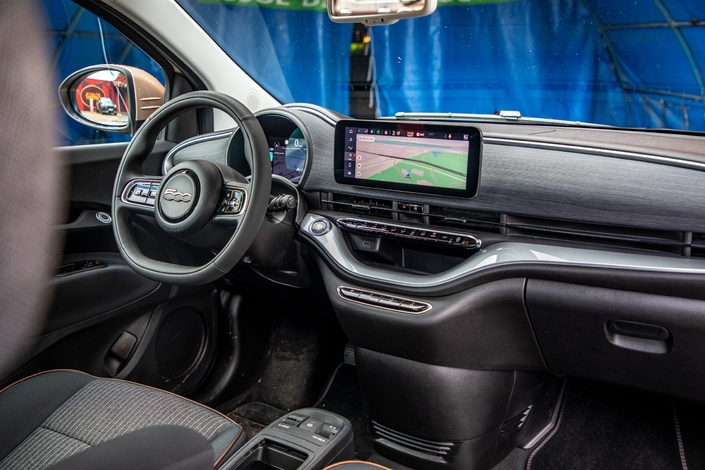 The dashboard is getting a facelift.  Modern, very well finished, it contributes to the overall good impression.  The lack of a gear lever also frees up space, which is never a bad thing in a small car.