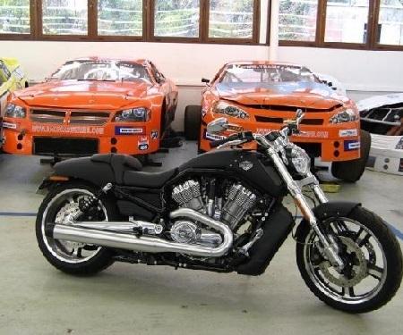 Harley-Davison: le V-Rod taille la route de la gamme