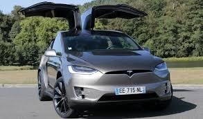Le SUV Tesla Model X et ses portes arrière en élytre.