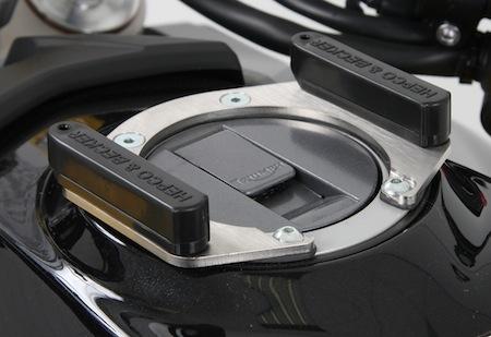 Held support Lock-it: pour simplifier l'accroche de votre sacoche réservoir
