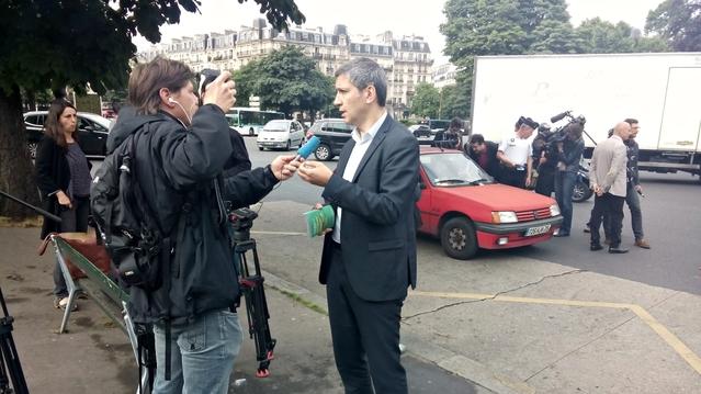 Christophe Najdovski, adjoint aux transports de la maire de Paris, participait ce vendredi matin à une opération de sensibilisation à destination de propriétaires de voitures âgées. A partir d'octobre, les contrevenants s'exposeront à une amende de 35 €.