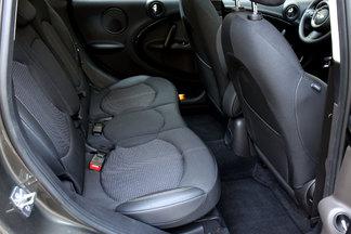 Le Countryman soigne davantage ses passagers avec un espace aux genoux, aux épaules et à la tête plus généreux