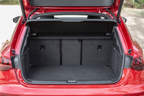 The trunk of the A3 suffers a lot from the installation of the battery: 280 l, 100 less than the thermal versions.