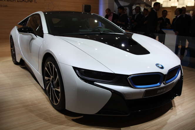vid o en direct du salon de francfort 2013 bmw i8 partir de 126 000. Black Bedroom Furniture Sets. Home Design Ideas
