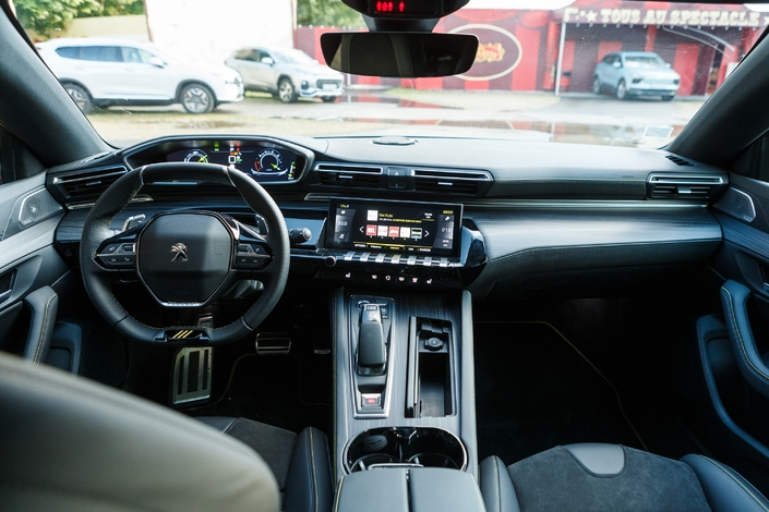 Apart from the stitching on the wraparound upholstery and the three claws on the steering wheel, it is difficult to distinguish a PSE from a normal 508.  The atmosphere is all dressed in black, however, and the interior of the 508 exudes dynamism anyway.