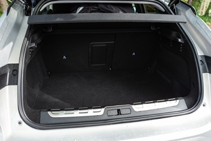 The trunk volume drops to 390 liters on the E-Tense version.