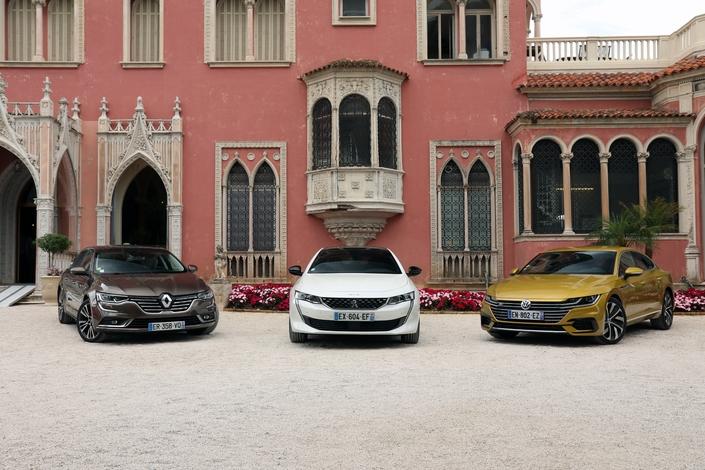 La Volkswagen Arteon est photographiée en finition R-Line et non Elegance.