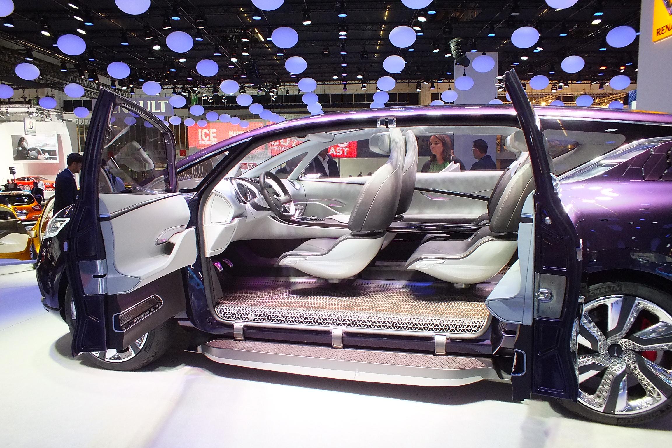 http://images.caradisiac.com/images/9/1/0/0/89100/S0-En-direct-du-salon-de-Francfort-2013-Renault-Concept-Initiale-Paris-le-6e-petale-fait-Bling-302678.jpg