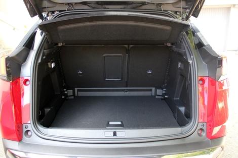 Plus petit, le coffre du 3008 dispose d'un seuil de chargement plus bas et de manettes pour rabattre la banquette.