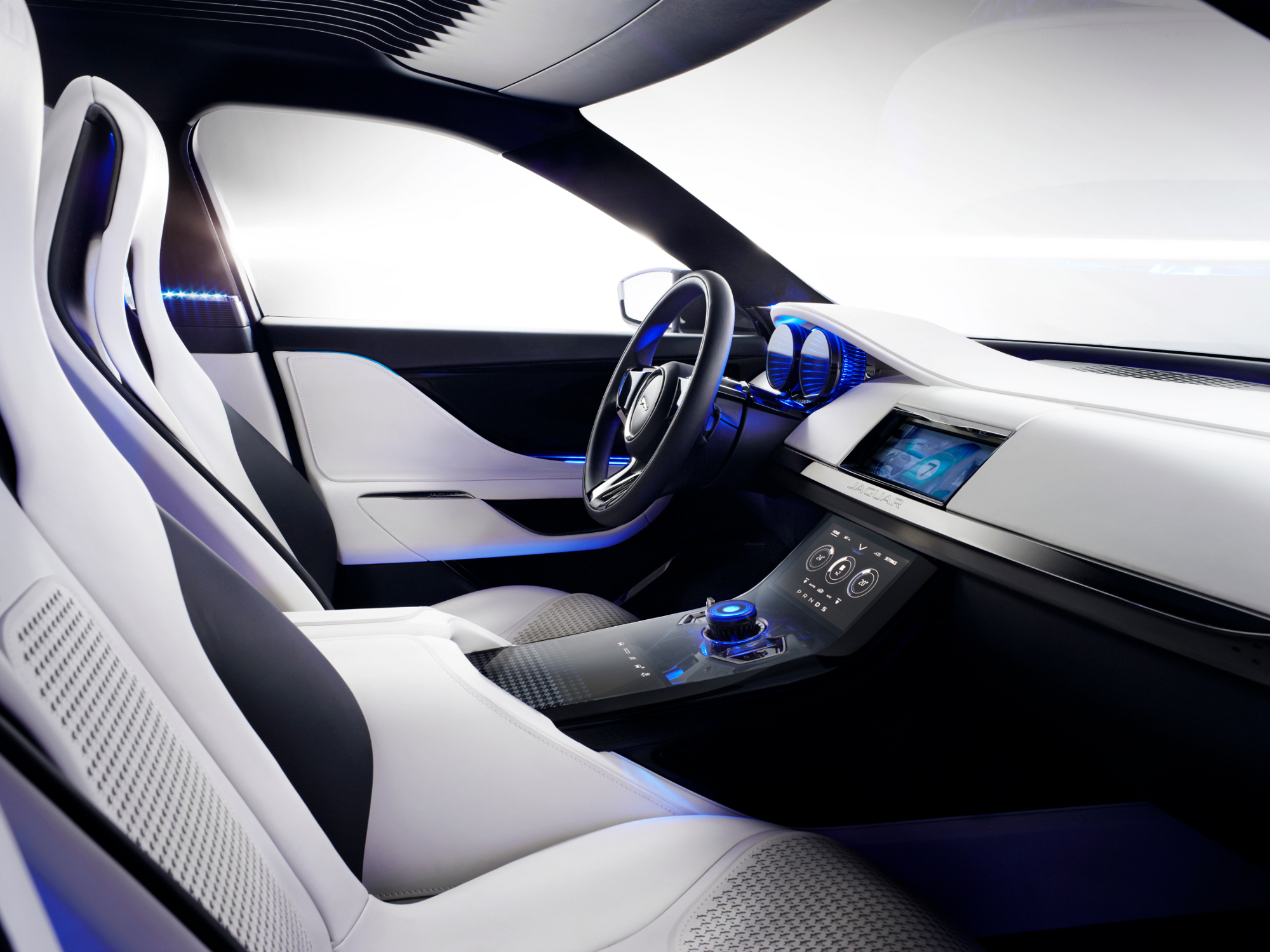 Vid o en direct du salon de francfort 2013 jaguar c x17 for Interieur jaguar f pace