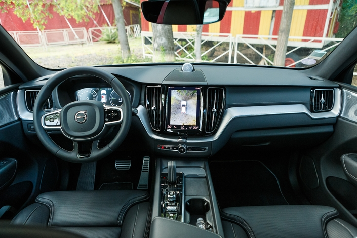 On board a Volvo, the atmosphere is always different from other productions on the market.  Nothing to complain about for the quality.  It is not the same with ergonomics.