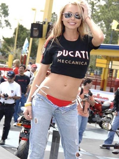 Moto & Sexy : il y a ceux qui roulent en Ducati et celles qui s'habillent en Ducati