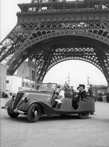 Bien avant les Zoé utilisées à la COP21, Renault transportait les visiteurs de l'Expo 1937 en Celtaquatre électriques.
