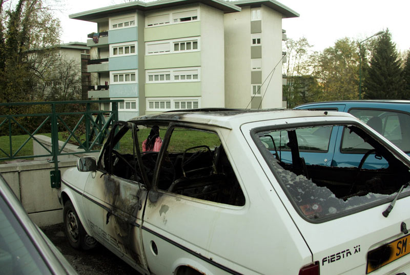 5000 incendies de voitures les banlieues en feu. Black Bedroom Furniture Sets. Home Design Ideas