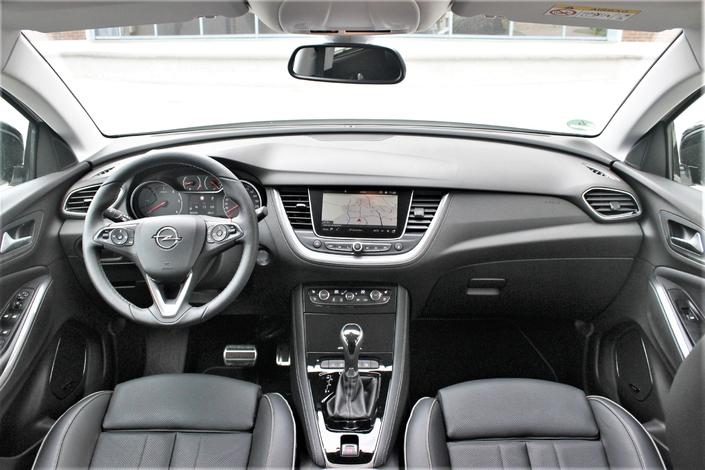 La planche de bord est certes de facture classique, assez terne en présentation, mais son ergonomie est sans reproche, et sa qualité de fabrication au-dessus du lot des SUV compacts.