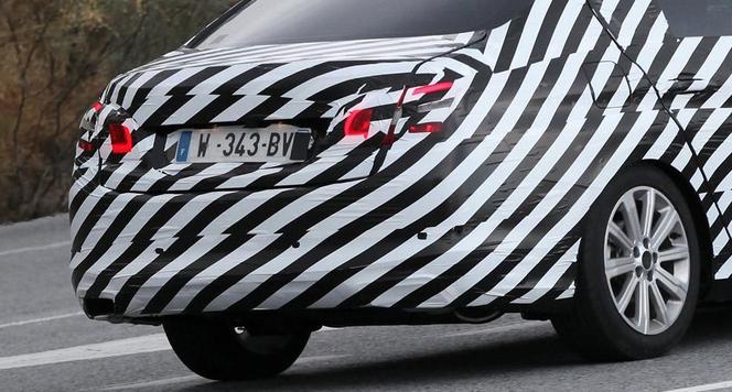 La future Peugeot 308 berline surprise!