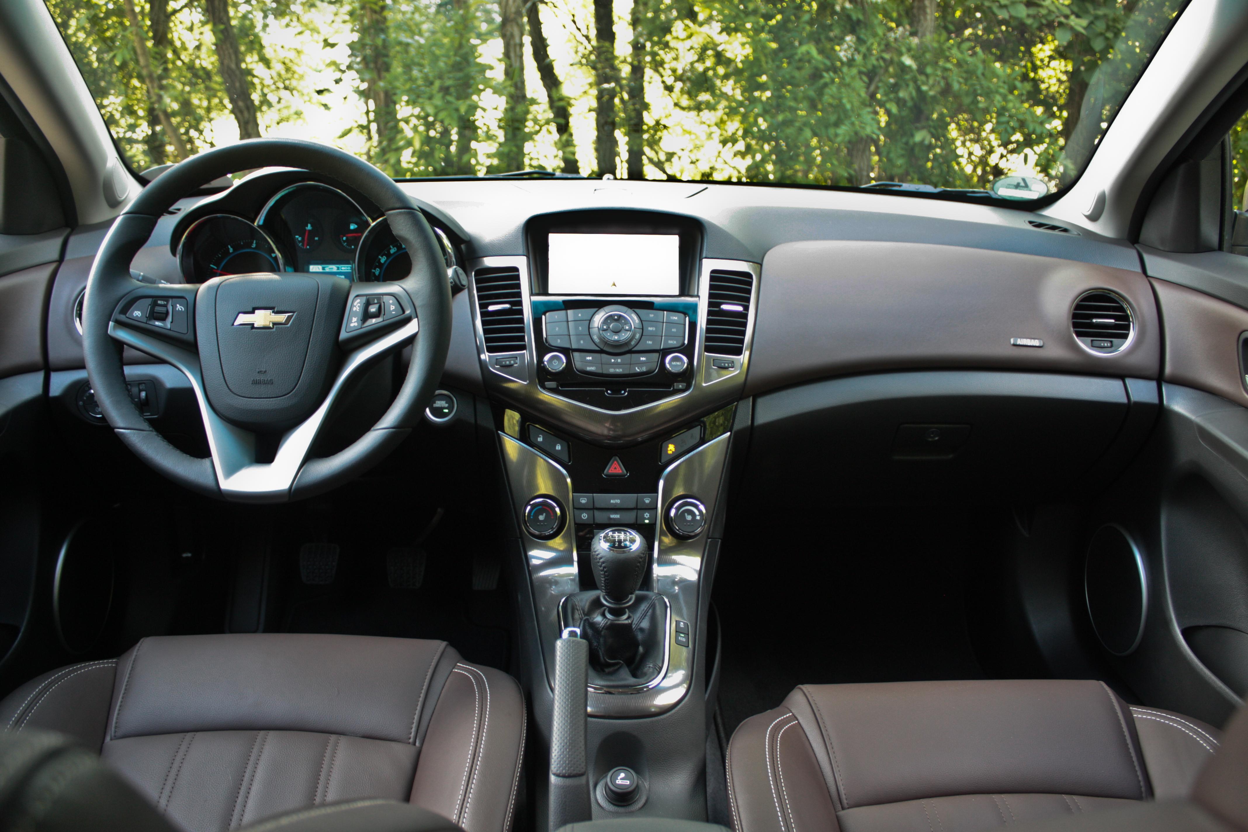 Essai chevrolet cruze sw espace maxi pour prix mini for Chevrolet interieur