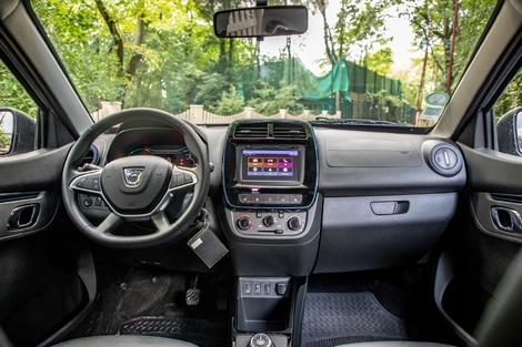 The interior of the Spring is basic, the materials low-end.  It feels like an old Sandero.  But we could have expected worse.