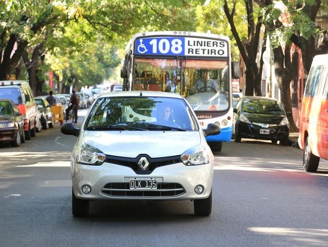 La 207 Compact a face à elleune vieille connaissance, la Clio 2. Mais attention, elle a été restylée pour recevoir la nouvelle calandre Renault. Étonnement quand on regarde à l'intérieur: la planche de bord est celle d'origine, celle proposée chez nous entre1998 et2001!