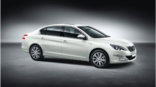 ... et cette 408, plus imposante et voulue plus haut de gamme. Au total, sur le segment des compactes, Peugeot a trois berlines.