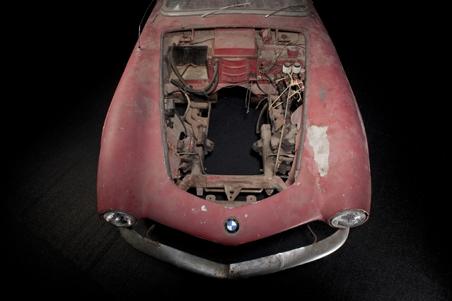 La 507 a servi à l'époque pour faire de la piste et le propriétaire durant les années 60 avait viré le bloc allemand, un V8 de 150 ch, pour un big block Chevrolet et la transmission qui va avec. Plus rien n'est d'origine au niveau mécanique, un vrai casse tête pour les restaurateurs de Munich. Pour la petite histoire, le propriétaire de cette époque l'avait acquise pour une somme qui correspondrait aujourd'hui à 4500 dollars... Loin, très loin de ce que vaudrait véritablement l'auto si elle était vendue aux enchères.
