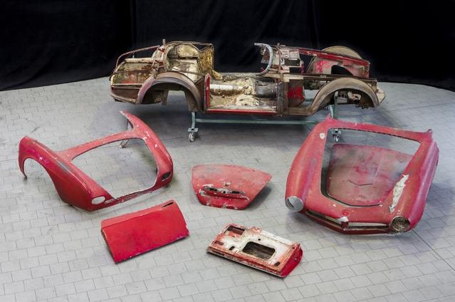 La rouille a également fait son effet, ce qui n'est pas une surprise pour une auto des années 50 où la cataphorèse, pour ne citer que cette méthode, n'existait pas dans l'automobile. Les planchers, en particulier, ont bien souffert. Les techniciens de BMW Classic Group ont finalement mis une semaine entière à désosser l'auto et séparer la carrosserie en aluminium des planchers en acier, alors que le travail était au départ estimé à seulement deux jours.