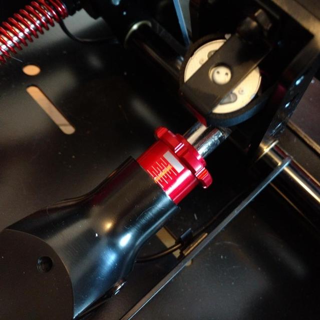 Réglage de la précharge et donc de la dureté de la pédale, accessible et réglable d'une main sans outil