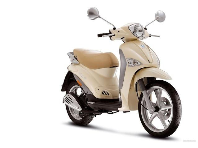 La Ministre de l'Éducation doit avoir un tout petit garage car elle ne possède, de manière personnelle, qu'un scooter 50cm3 de marque Piaggio, acheté 1500€ en 2008. Sa valeur actuelle est de 500€.