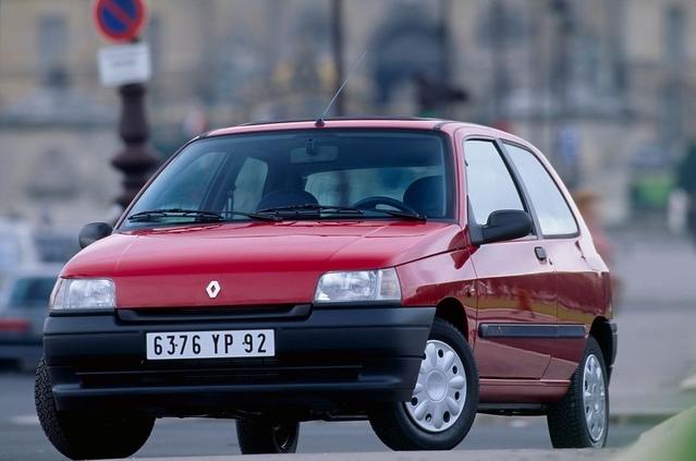 Le Ministre de l'Agriculture et porte-parole du gouvernement ne peut plus se rendre au Conseil des Ministres le mercredi matin avec son véhicule personnel. Stéphane Le Foll déclare en effetavoir une Renault Clio de 1994! Sa valeur actuelle est estimée à… 0 €. Il possède également une moto BMW GS 650 de 2004, qui elle n'est donc pas bannie de la capitale.