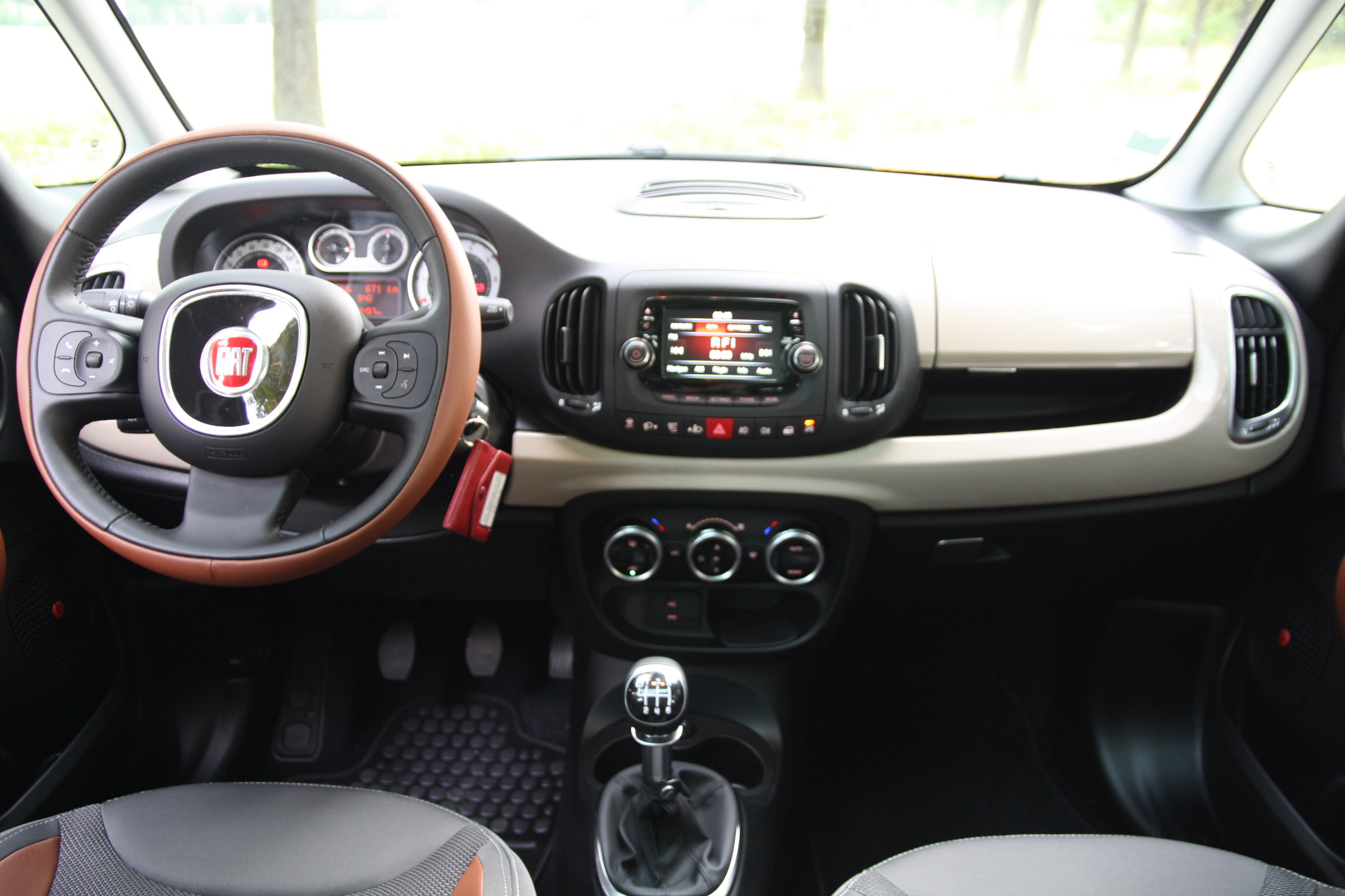 Essai fiat 500 l 1 6 multijet 16v 105 trekking comme for Photos interieur