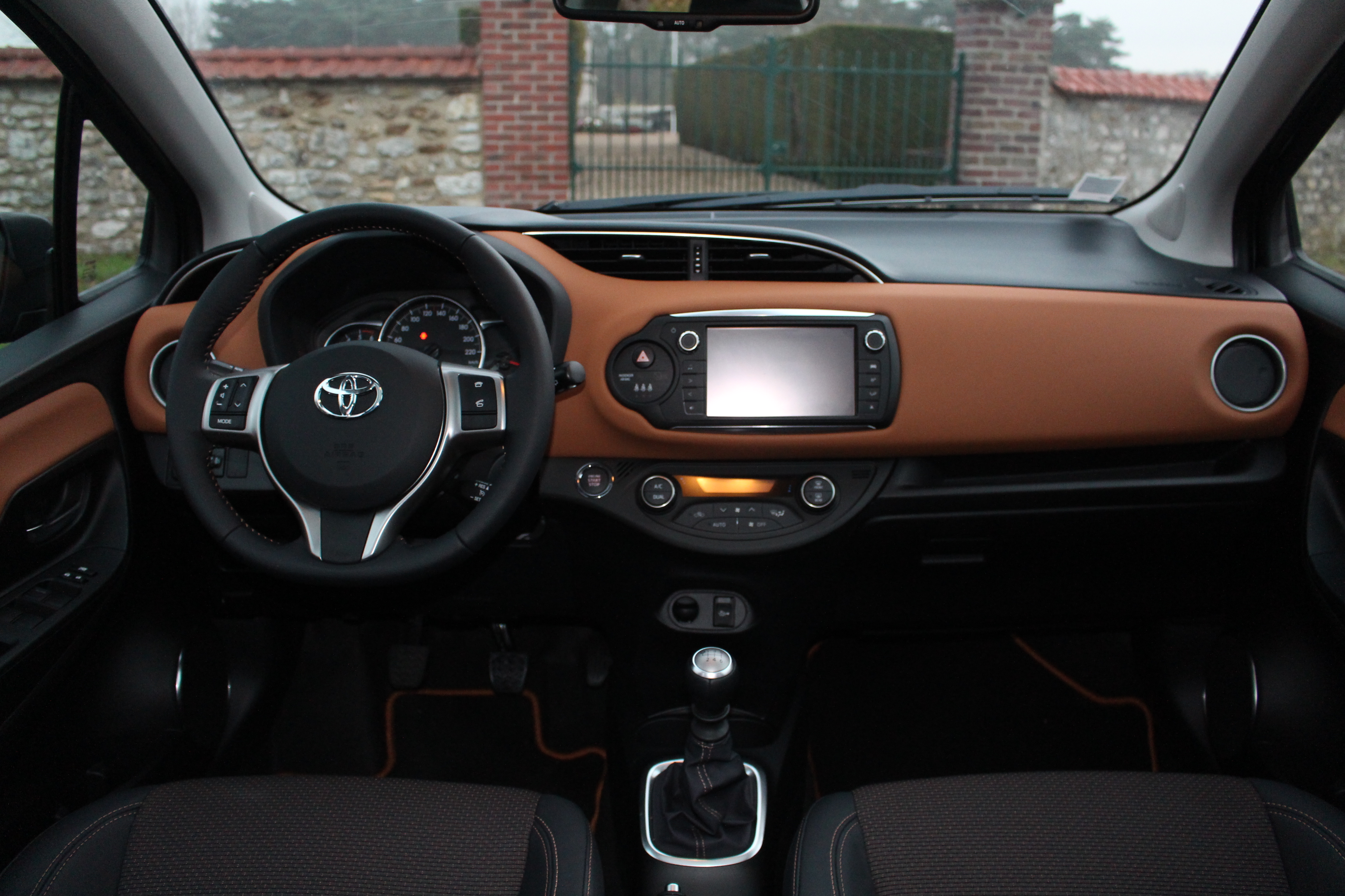 Essai toyota yaris restyl e 90 d 4d au milieu for Photos interieur