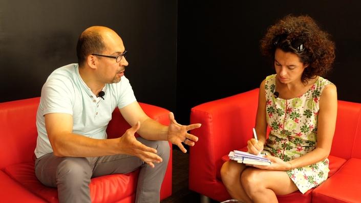 Olivier Pagès expliquant les rudiments du métier d'essayeur à Eve.