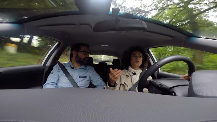 Après avoir écouté Pierre Desjardins, spécialiste des voitures écolos, Eve est prête pour son premier essai, celui d'une Hyundai Kona au mois de juillet.