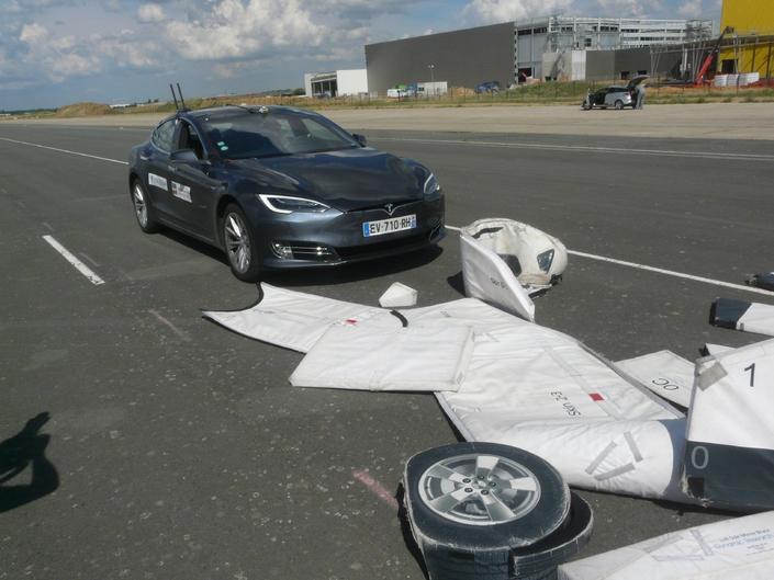 La cible a subi l'inefficacité du système de détection de la Tesla Model S pour ce test d'évitement de choc frontal.