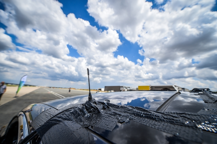 Grâce à cette antenne différentielle, le véhicule peut suivre une trajectoire absolument identique au fil des essais.