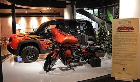 Harley-Davidson au MotorVillage des Champs-Elysées en mode garage du Père Noël