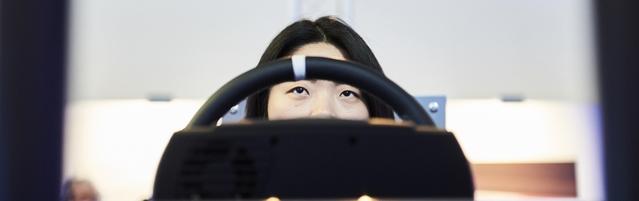 Kijooki concentrée face à son écran