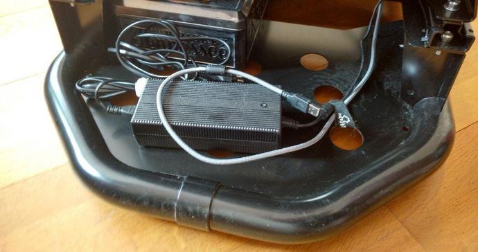 Ce baquet possède même un coffre ? Non vital mais pratique pour stockerle transfo du volant (et la poussière !) par exemple