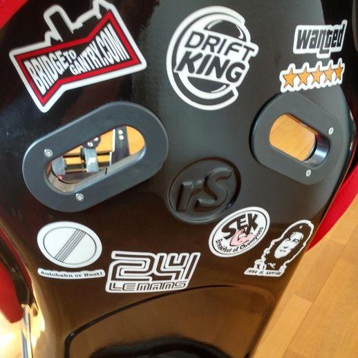 La seule faute de goût esthétique ? Ma petite touche perso de stickers sur le dossier du baquet, on ne se refait pas...