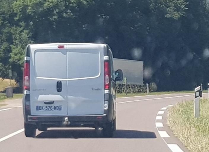 Paysage de départementale à 80 km/h.