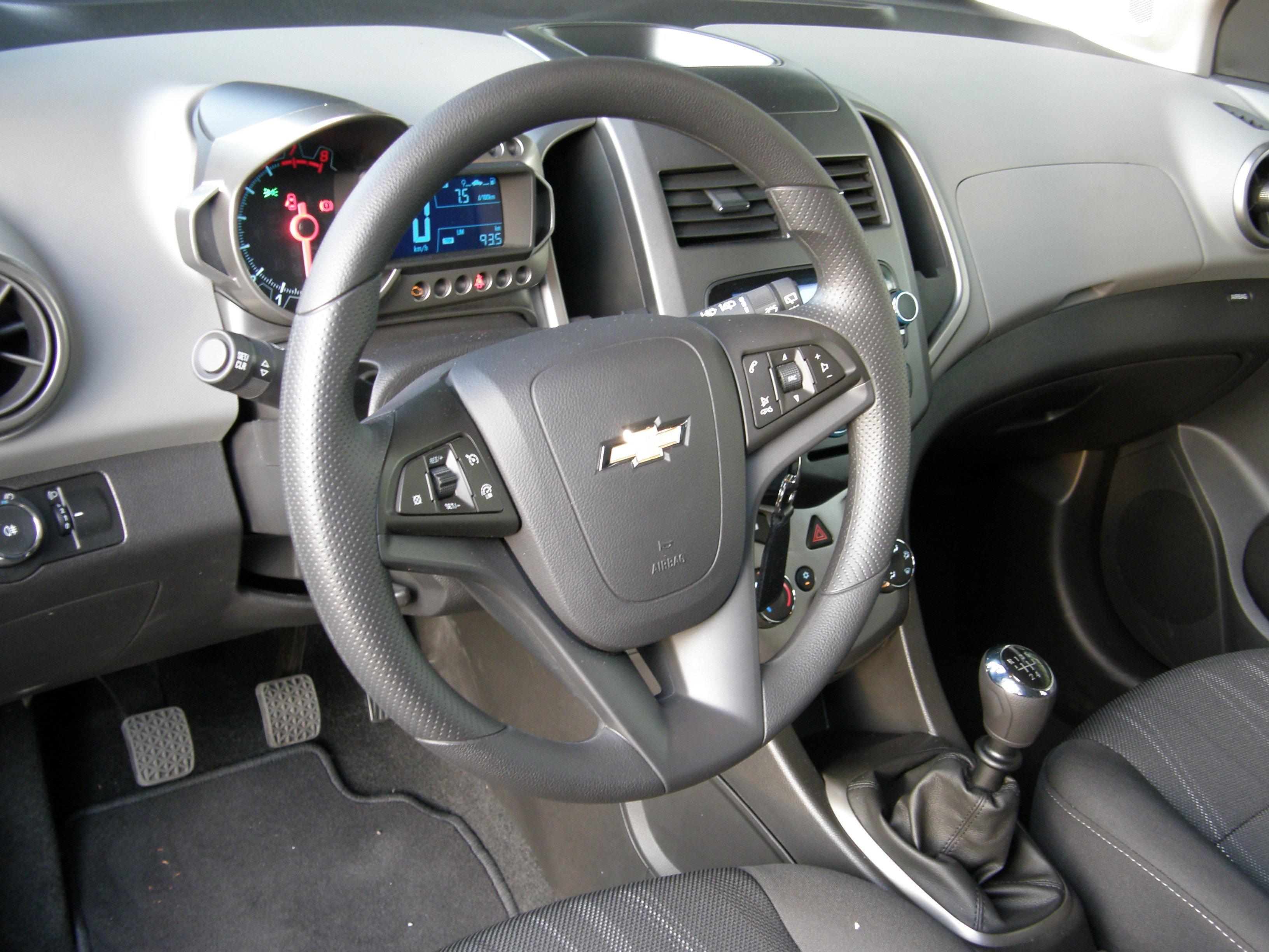 Essai vid o chevrolet aveo 1 2 et 1 4 grands changements for Chevrolet interieur