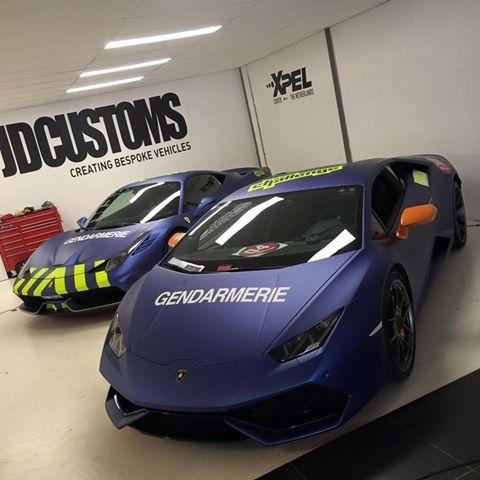 Un team Gendarmerie de Saint Tropez en sport auto